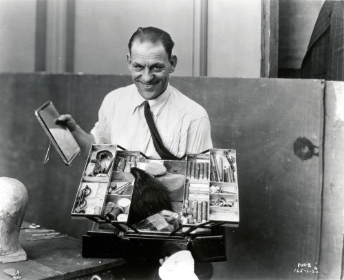 Lon_Chaney_With_Makeup_Kit
