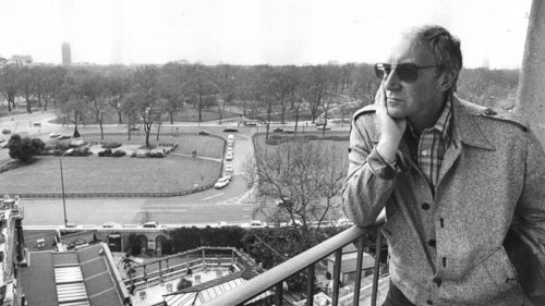 peter-sellers-on-a-balcony-at-the-dorchester-hotel-in-may-1979-136399382077302601-150722174411